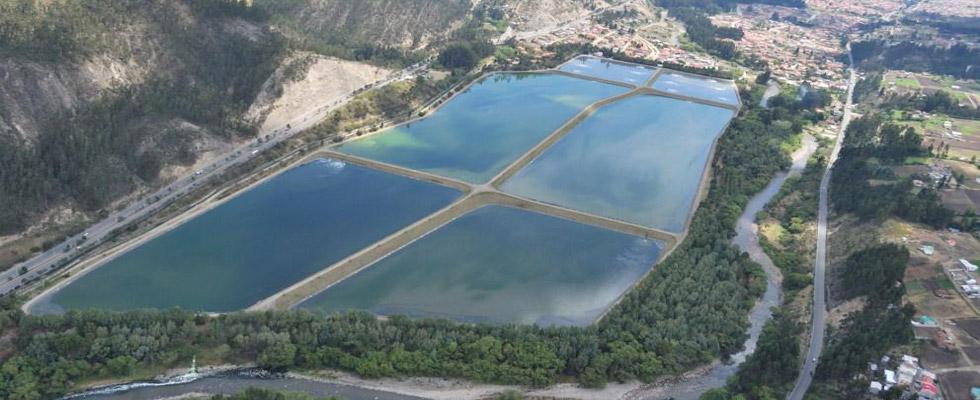 El proyecto contempla la extracción y deshidratación de los lodos acumulados en el complejo de lagunas de estabilización por medio dragas flotantes, la construcción de redes perimetrales para la...